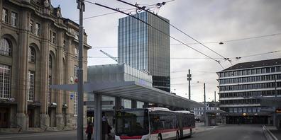 Wegen einer Schlägerei ist die St. Galler Stadtpolizei am frühen Sonntagmorgen zum Bahnhofplatz gerufen worden. (Symbolbild)