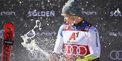 Marco Odermatt jubelte bei der Siegerehrung ausgelassen über seinen fünften Triumph im Weltcup