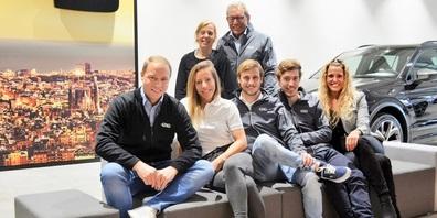 Renata und Roland Klaus (hinten stehend), sitzend die Geschwister Klaus: v. l. Michael Klaus, Chantal Drittenbass, Thomas Klaus, Reto Klaus und Nicole Klaus.