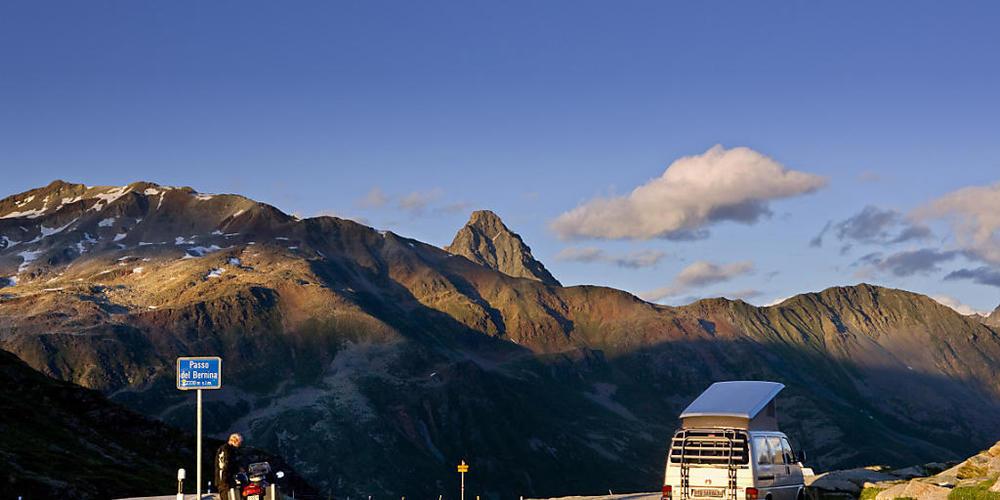 Ein erster Abschnitt der Berninapassstrasse wird auf einer Länge von 1,7 Kilometern um zwei bis drei Meter verbreitet und mit einem Velostreifen versehen. (Archivbild)