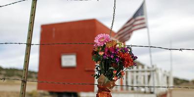 dpatopbilder - Ein Blumenstrauß hängt vor der Bonanza Creek Film Ranch. Nach dem tödlichen Schuss aus einer Requisitenwaffe des Schauspielers Alec Baldwin auf die Chef-Kamerafrau am Set eines Westerns sind viele Details des Geschehens weiterhin un...