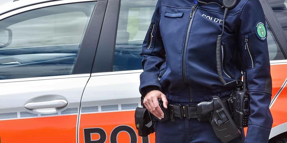 Trotz wiederholter Warnungen der Polizei wurden in St. Gallen erneut zwei Frauen von falschen Polizisten hereingelegt. (Symbolbild)