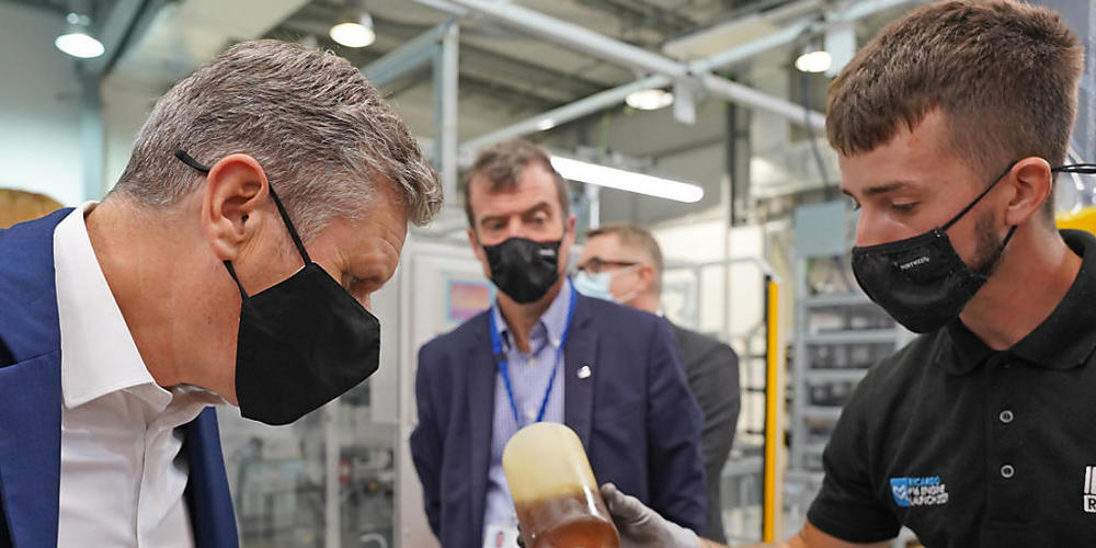 Keir Starmer (l), Vorsitzender der Labour Partei, bei einem Besuch des Maschinenbauunternehmens Ricardo. Ein interner Streit überschattet den Parteitag der britischen Oppositionspartei Labour in der südenglischen Küstenstadt Brighton. Foto: Stefan...