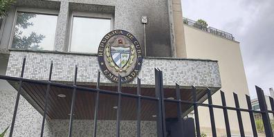 Blick auf den Eingang der kubanischen Botschaft in Paris, die letzte Nacht angegriffen wurde. Frankreich hat das Sicherheitsaufgebot rund um das Gebäude verstärkt,  teilte das französische Außenministerium mit. Verletzte habe es wohl keine gegeben...
