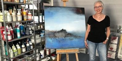 Verena Dill vor ihrem Bild «Solid Rock» in ihrem Atelier in Wolfhausen