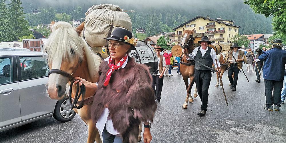 Der Dorfumzug in Klosters stiess auf grosses Interesse.