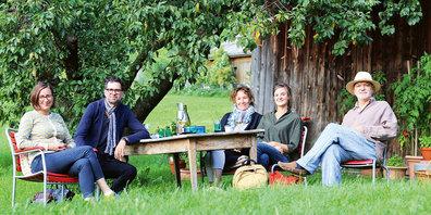 Der neue Stiftungsrat des Bündner Literaturpreises hat sich unter dem Zwetschgenbaum des Präsidenten  Köbi Gantenbein in Fläsch getroffen: Arianna Nussio (v.l.), Rico Franc Valär, Rita Schmid, Luzia Rageth und Köbi Gantenbein.