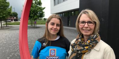 (von links): Leonie Kobelt (MS Sports Trainerin) und Elvira Büchel (Gemeinderätin und Jugendbeauftragte Oberriet) freuen sich vor dem Bildstöckli in Oberriet auf die «Sportskanonen».