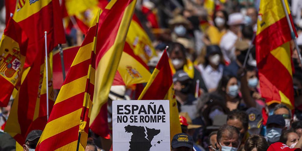 Tausende versammeln sich in Madrid während einer Demonstration gegen den Plan der spanischen Regierung, ein Dutzend inhaftierter katalanischer Separatistenführer zu begnadigen. Foto: Bernat Armangue/AP/dpa