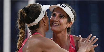 Sie haben gut lachen: Joana Heidrich (re.) und Anouk Vergé-Dépré haben die Achtelfinal-Qualifikation nach nur zwei Spielen bereits auf sicher
