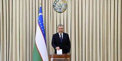 Der Präsident von Usbekistan Schawkat Mirsijojew wirft seinen Stimmzettel in eine Wahlurne. Foto: Uncredited/Uzbekistan Presidential Press Service/AP/dpa