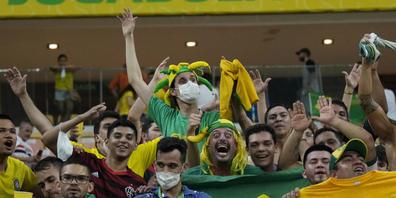 Brasiliens heissblütige Fans bejubeln den klaren Sieg über Uruguay.