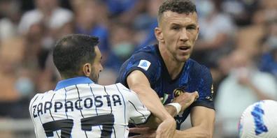 Umkämpftes Spitzenspiel: Edin Dzeko von Inter (rechts) im Zweikampf mit Davide Zappacosta von Atalanta