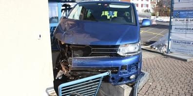 Eine Schulhausfassade brachte den Wagen des bewusstlosen Fahrers schlussendlich zum Stillstand.