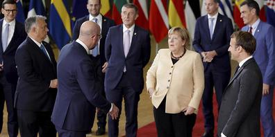 Angela Merkel (M) spricht mit Charles Michel (Mitte links), Präsident des Europäischen Rates, und Emmanuel Macron (rechts), Präsident von Frankreich. Beim Gipfel der EU-Staats- und Regierungschefs ist es zu keiner Einigung gekommen, wie langfristi...