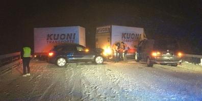 Am Ursprung der beiden Unfälle stand ein Lieferwagen mit Anhänger, der ins Schleudern geriet.