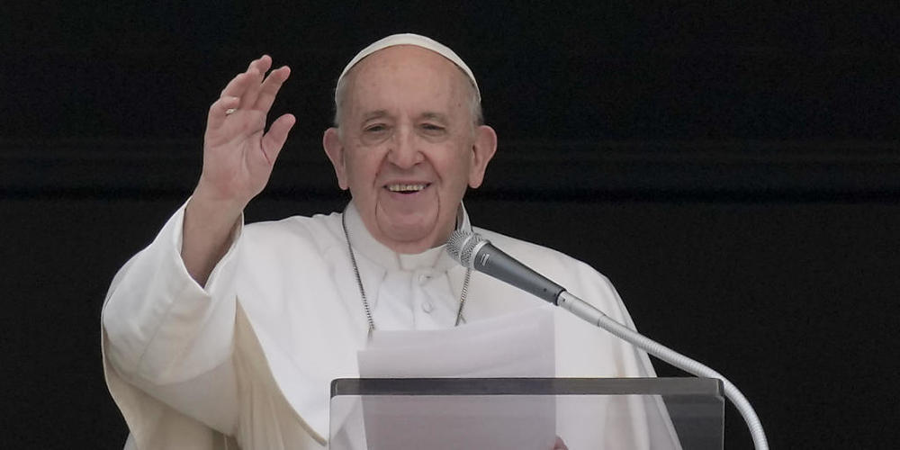 Papst Franziskus winkt, während er das Angelus-Mittagsgebet spricht. Foto: Andrew Medichini/AP/dpa