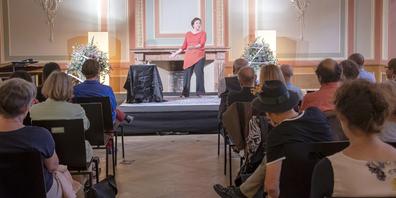 Im Eröffnungsreferat beschäftigte sich die Geschichtenerzählerin Karin Wedra mit der Frage: «Wie lassen sich Streben nach Geld mit tiefem Vertrauen ins Leben und Märchen verbinden?»