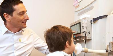 Lieber pusten als pieksen: Prof. Dr. Pablo Sinues und sein Team haben eine Maschine entwickelt, welche eine schnelle und unblutige Messung der Wirksamkeit einer Epilepsie-Therapie ermöglicht (Bild: UKBB).