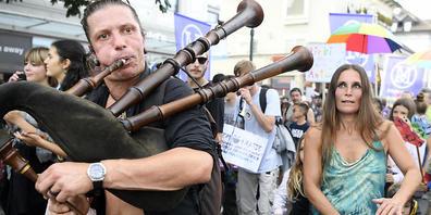 Am Samstag sind in Uster Gegnerinnen und Gegner der Corona-Massnahmen lautstark durch die Strassen gezogen.