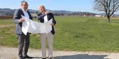 Stadtpräsident Wolfgang Giella (links) und Roman Aepli besprechen Details der Langsamverkehrs-Erschliessung.