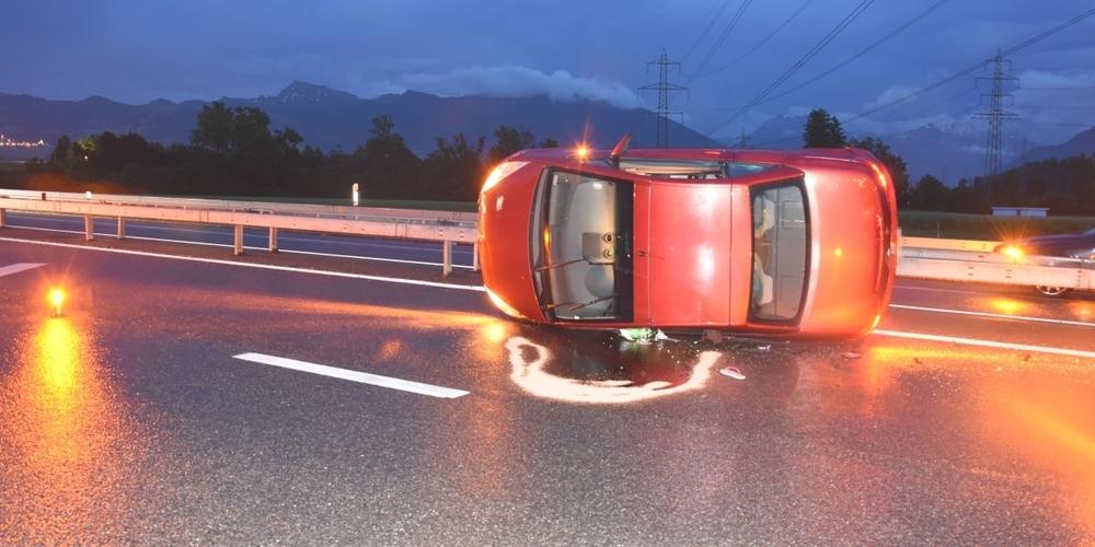 Die Fahrerin wurde beim Selbstunfall leicht verletzt und vom Rettungsdienst zur Kontrolle ins Spital überführt.