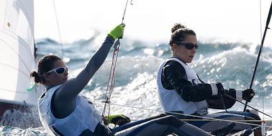 Linda Fahrni und Maja Siegenthaler befinden sich in der olympischen Segelregatta weiter gut im Rennen