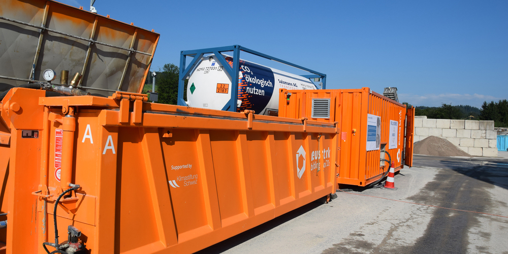 Die Anlage des Start-ups «neustark» reichert Kies mit CO2 an. Das Kohlenstoffdioxid wird in einem chemischen Prozess zu Kalkstein umgewandelt und somit im Baustoff versiegelt.