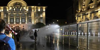Die Polizei setzte am Donnerstagabend Wasserwerfer gegen Demonstranten auf dem Bundesplatz ein, die sich an einem Schutzzaun zu schaffen machten. (Archivbild)