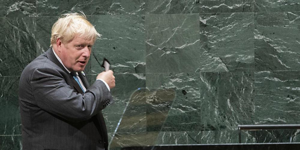 Boris Johnson, Premierminister von Großbritannien, nimmt vor einer Rede bei der 76. Generaldebatte der UN-Vollversammlung seinen Mund-Nasen-Schutz ab. Foto: Eduardo Munoz/Pool Reuters/AP/dpa