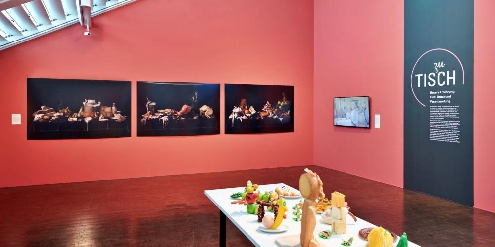 Die Ausstellung «Zu Tisch» im Vögele Kultur Zentrum wurde bis zum 25. Juli 2021 verlängert.