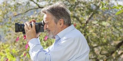Nicht nur als Holzschneider ist er bekannt: Bereits mehrere Preise hat Hansueli Holzer mit seinen Dokumentarfilmen gewonnen.