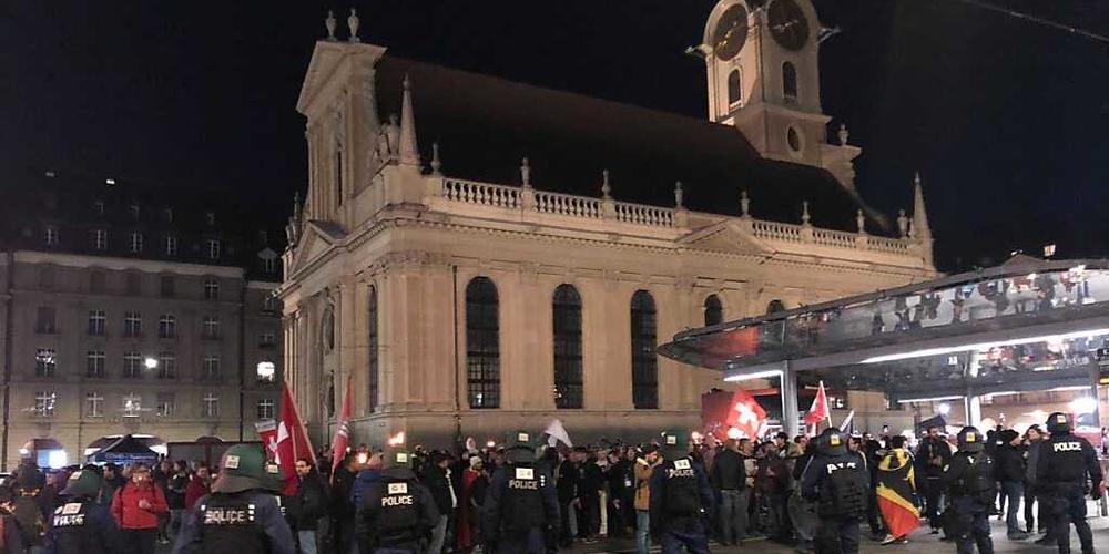Polizeikontrolle auf dem Berner Bahnhofplatz.