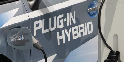 Es eine Frage der Zeit, bis sich die Elektromobilität weiter durchsetzen wird. Momentan sind Hybrid-Autos, die sowohl auf eine Batterie als auch einen Verbrennungsmotor setzen aber nach wie vor sehr beliebt bei den Automobilisten im Kanton Schwyz.