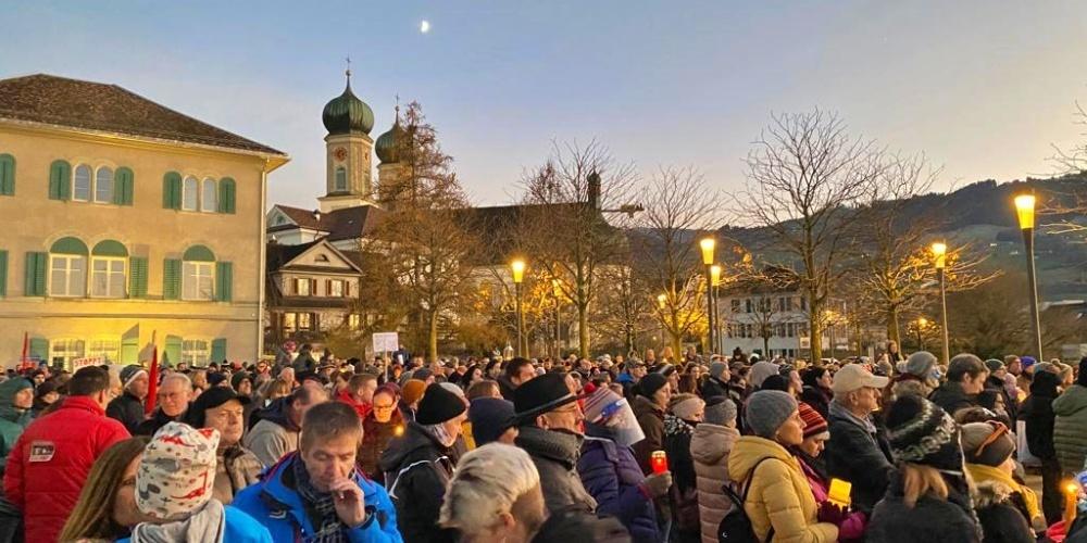 Wo sind denn hier die Masken?! An der kommenden Kundgebung in Schwyz dürften die Corona-Gegner samt Organisatoren nicht mehr darum herum kommen. (Bild: Hans-Ruedi Rüegsegger)