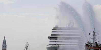 ARCHIV - Das Kreuzfahrtschiff MSC Orchestra verlässt die Lagune Venedigs. Foto: Antonio Calanni/AP/dpa
