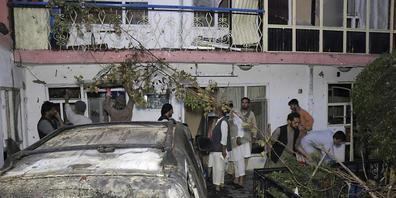 ARCHIV - Ende August begutachten Afghanen die Schäden nach einem US-Drohnenangriff in Kabul. Foto: Khwaja Tawfiq Sediqi/AP/dpa