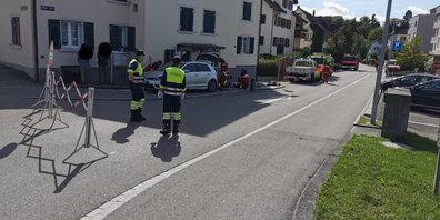 Nach einem Selbstunfall an der Werkstrasse in Rüti ZH musste die auslaufende Flüssigkeit aufgegangen werden.