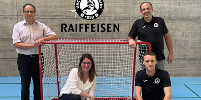 Freuen sich über die Verlängerung der Partnerschaft: links René Gebert und Petra Fux (Raiffeisen), rechts Fido Hartmann und Adrian Gebert (Sharks).