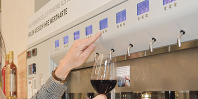 Perfekt temperierte Weine aus dem Oenomaten können die Besucherinnen und Besucher geniessen.