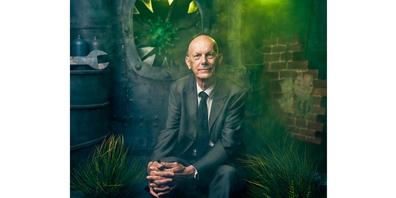 Auch «Mister Corona», Daniel Koch, besuchte Honegger kürzlich im Atelier in Meilen, um sich vor der «Virusmaschine» ablichten zu lassen.