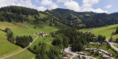 Blick auf den Campingplatz Atzmaennig, aufgenommen am Mittwoch, 23. Juni 2021, in Goldingen. (KEYSTONE/Gian Ehrenzeller)