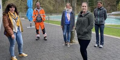 Das Badi-Team ist bereit (v.l.): Anita Gmür (Mitarbeiterin Kasse und Reinigung), Roland Bott (Badmeister), Claudia Häberli (Mitarbeiterin Kasse), Nora Bärlocher (Mitarbeiterin Kasse) und Cornelia Meier (Badmeister-Stellvertreterin).