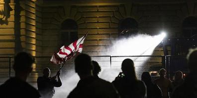 Die Polizei setzt den Wasserwerfer gegen die Demonstranten auf dem Bundesplatz ein.