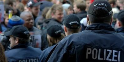Leserin Jolanda Waldis schreibt, dass ab Januar 2021 die Gefahr laufe, von bewaffneten Polizisten zuhause in Handschellen abgeholt zu werden.