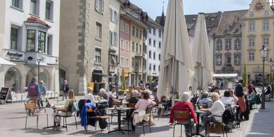 Mit der Öffnung der Aussenbereiche der Gastronomie kehrt in der Schaffhauser Altstadt das Leben zurück. Dank des guten Wetters letzte Woche, konnten die meisten Restaurant- und Barbetriebe auf den Terrassen bereits wieder Gäste empfangen.