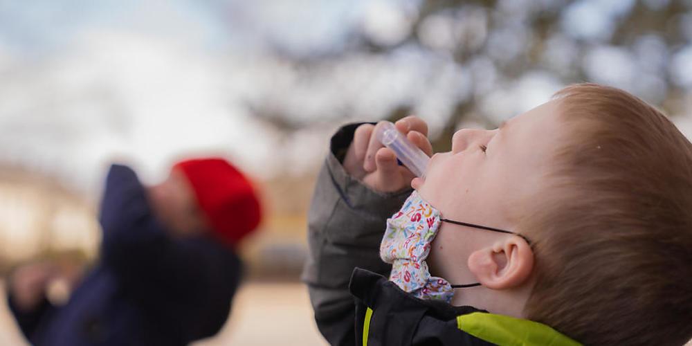 Schulkinder ab der 3. Klasse die im Kanton Glarus nicht an den Schultestungen teilnehmen, müssen bei einem positiven Corona-Fall während sieben Tagen eine Maske tragen. (Symbolbild)