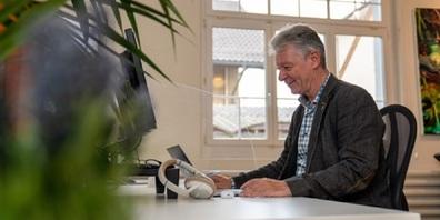 Auch Stadtpräsident Hans Mäder arbeitet gerne im Coworking Space: «Ich kann konzentriert ohne Unterbrechung im Coworking Space arbeiten und lerne neue Leute aus anderen Bereichen kennen, die meinen Horizont erweitern.»