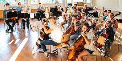 Die jungen Musikerinnen und Musiker freuen sich auf ihren Auftritt.