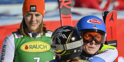 Drei Ausnahmekönnerinnen unter sich: Lara Gut-Behrami herzt Mikaela Shiffrin, Petra Vlhova steht Spalier (von vorne nach hinten)